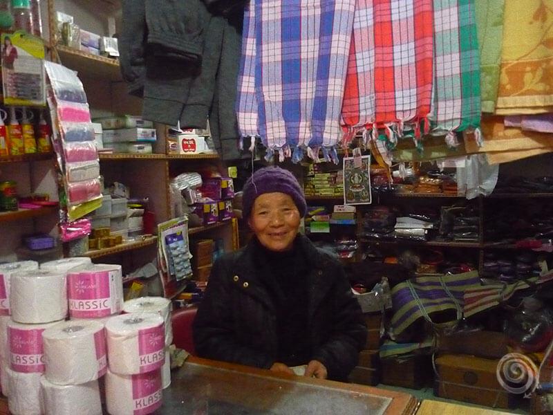 Mujer tibetana en Dharamshala, India