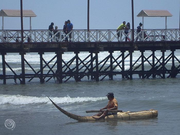 Playa de Huanchaco en Trujiillo en Perú