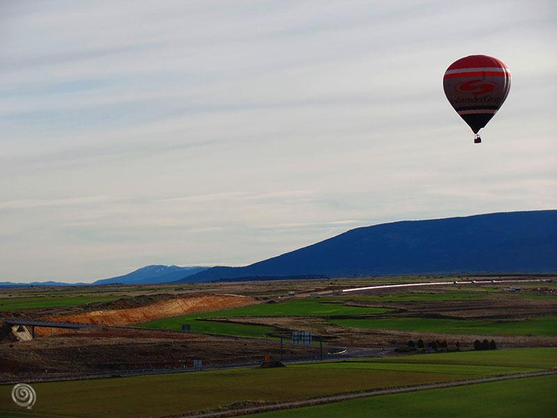 Paseo en globo por Segovia con montañas
