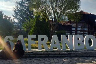 señoras turcas con cartel de Safranbolu