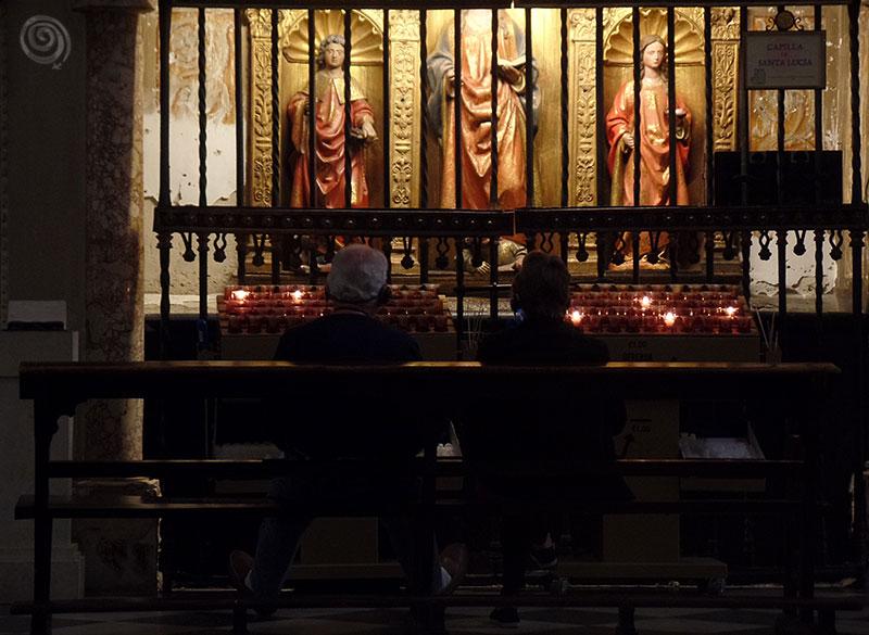 Personas rezando iglesia