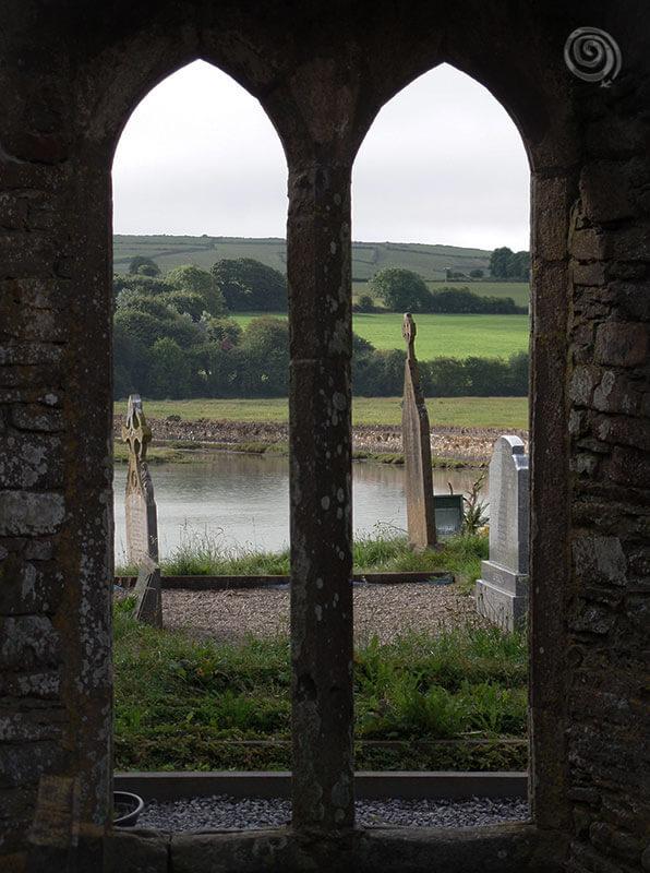 Abadía y cementerio abandonado en oeste de Irlanda