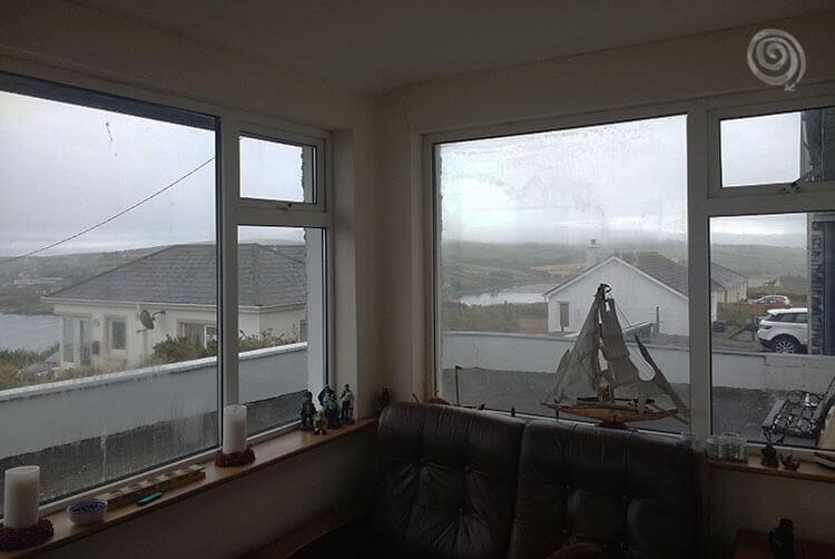 casa típica del oeste de Irlanda costera con mar de fondo
