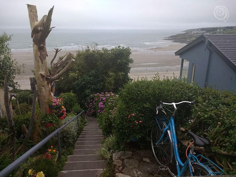 casa irlandesa y bici en una playa de West Cork (oeste Irlanda)