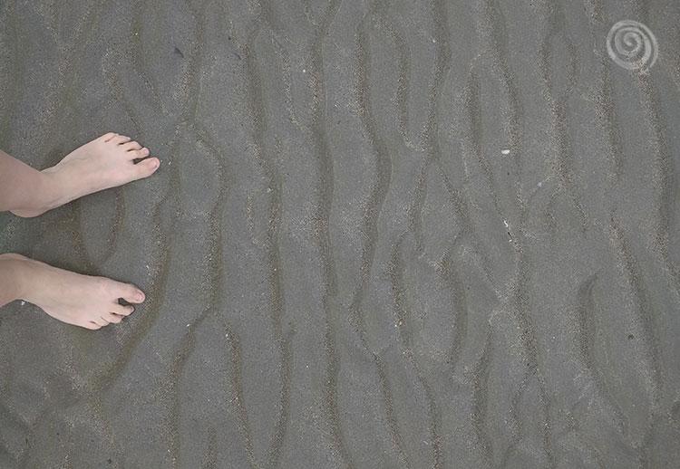 pies descalzos con arena en una playa de Irlanda