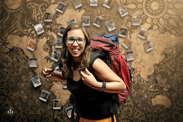 Alba Luna con mochila de viaje roja y gafas azules