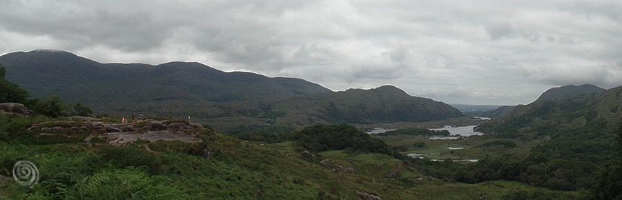vistas valle Irlanda con lago de fondo en el Anillo de Kerry