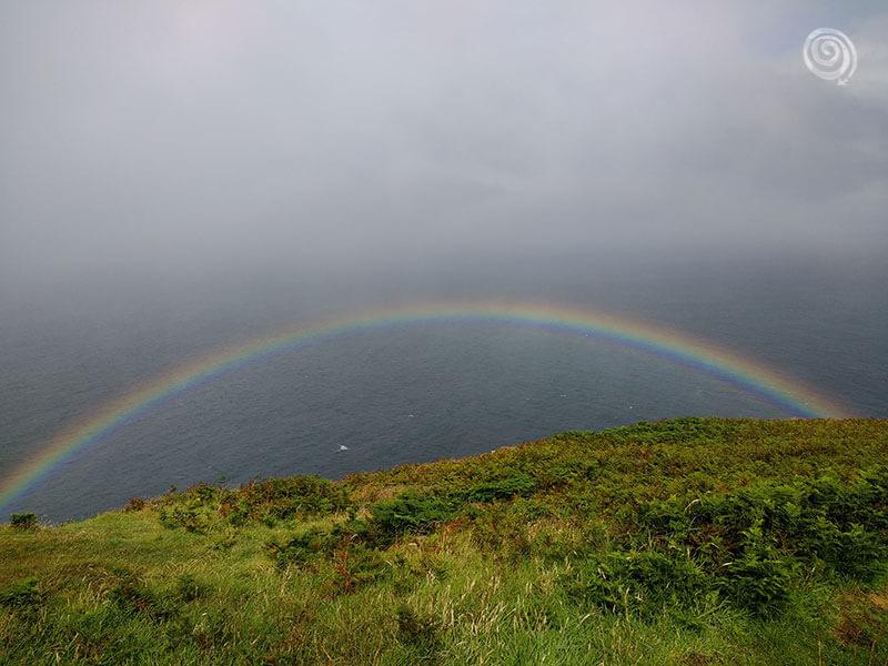 arcoirís doble en Irlanda con el mar y el cielo de fondo