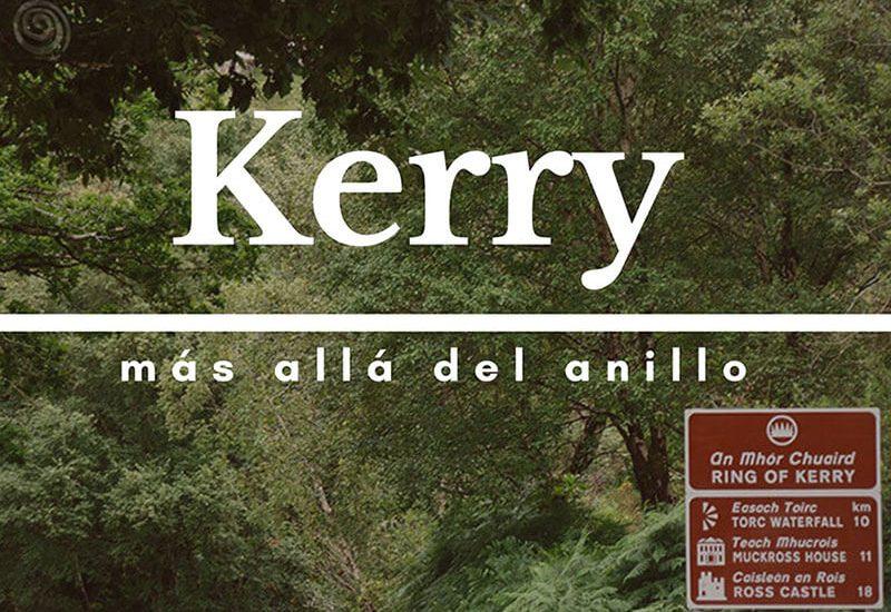 portada del condado de Kerry con árboles verdes y cartel de carretera marrón